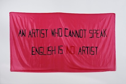 Mladen Stilinović, An Artist Who Cannot Speak English Is No Artist, 1992., akril / umjetna svila, 140 x 400 cm