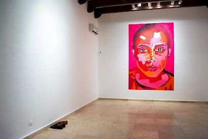 Jorge Pineda, Paredón: Portrait of a woman from a photo of Ana Mendieta, painting with lipstick on the wall, 270 cm x 181 cm, 2016